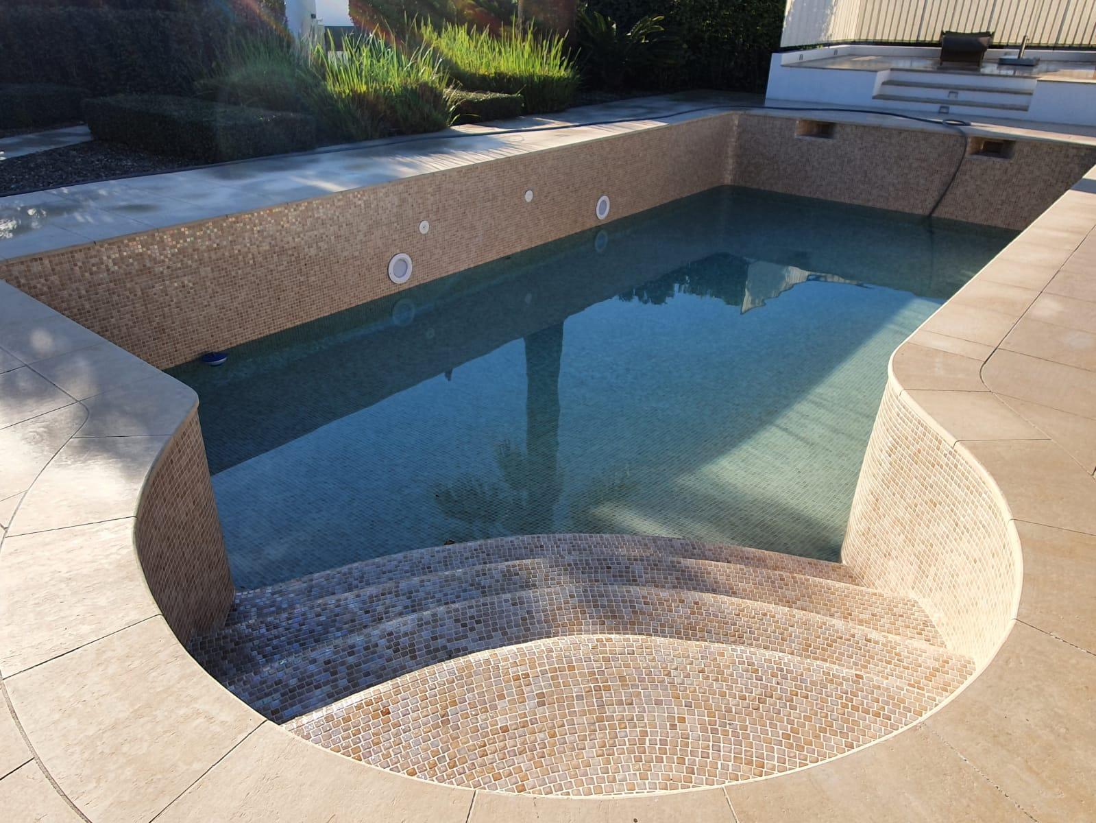 Rev tements de piscine polyester mosa que - Revetement ideal pourtour de piscine ...